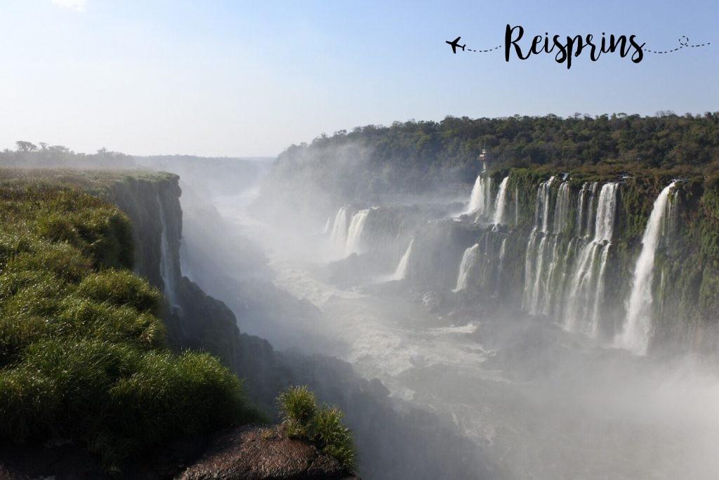 De prachtige watervallen van Iguazú op de grens van Brazilië en Argentinië.