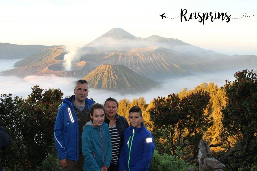 De hele familie de ruiter bij de Bromo vulkaan.