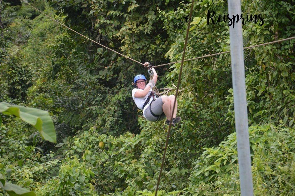 Judith had duidelijk moeite om haar hand boven de stalen kabel te plaatsen.