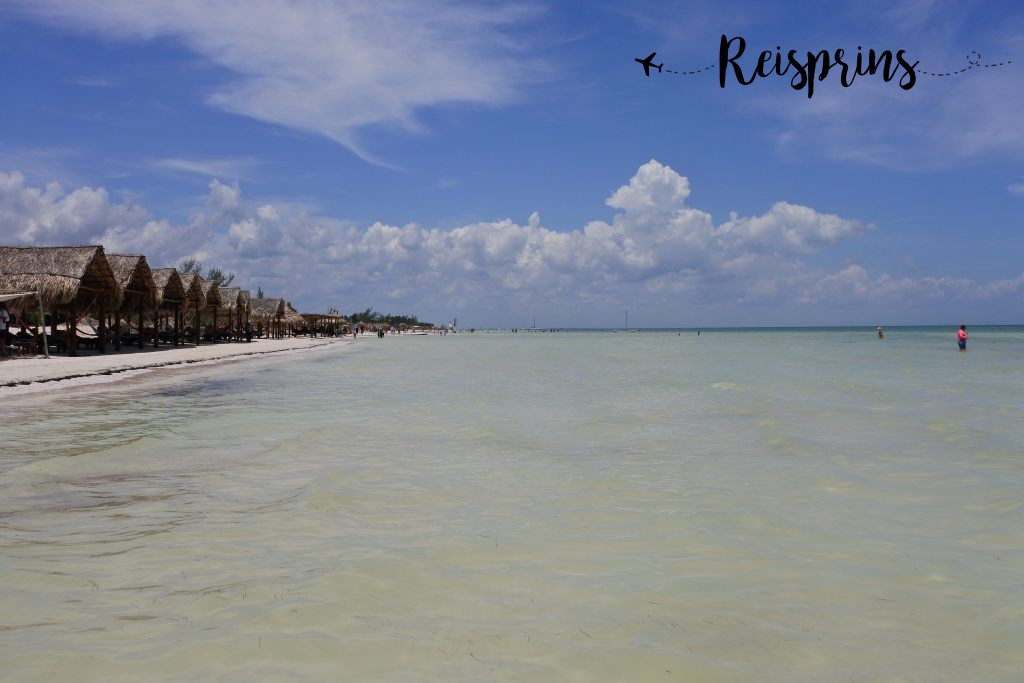 Aan het strand hebben veel hotel's eigen ligbedjes geplaatst.
