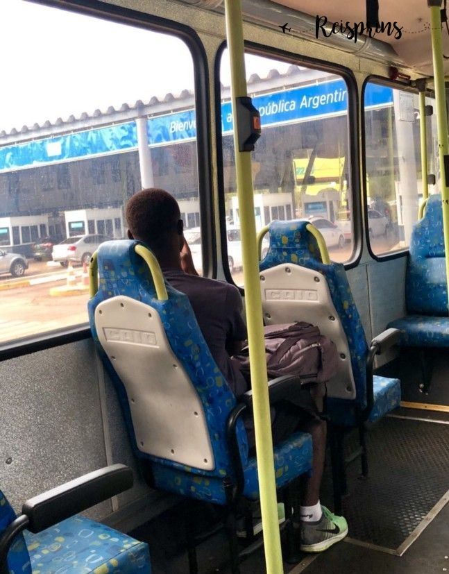De bus rijdt Argentinië binnen vanuit Brazilië