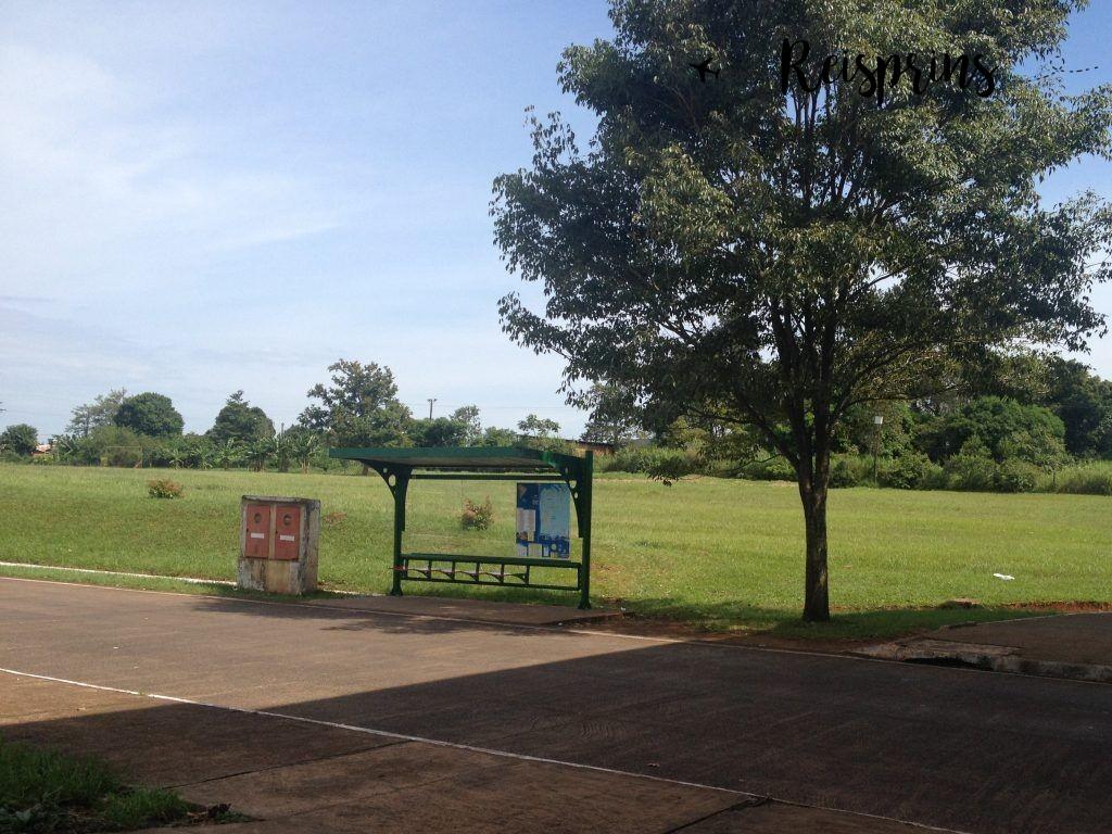 Bij dit busstation stopte de bus om ons uit te laten stappen, maar reed hij verder met onze backpacks nog aan boord!