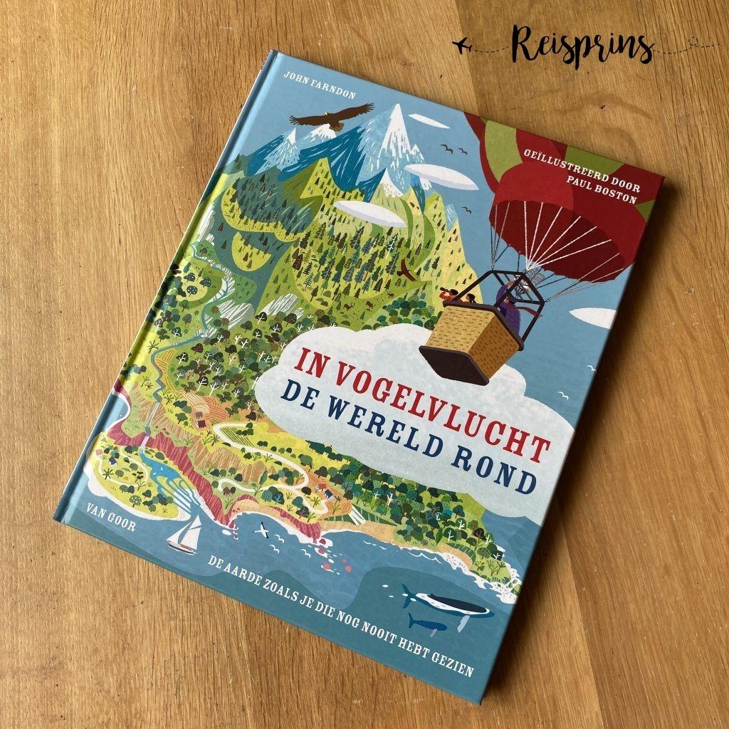 De kleurrijke kaft van In vogelvlucht de wereld rond van John Fardon.