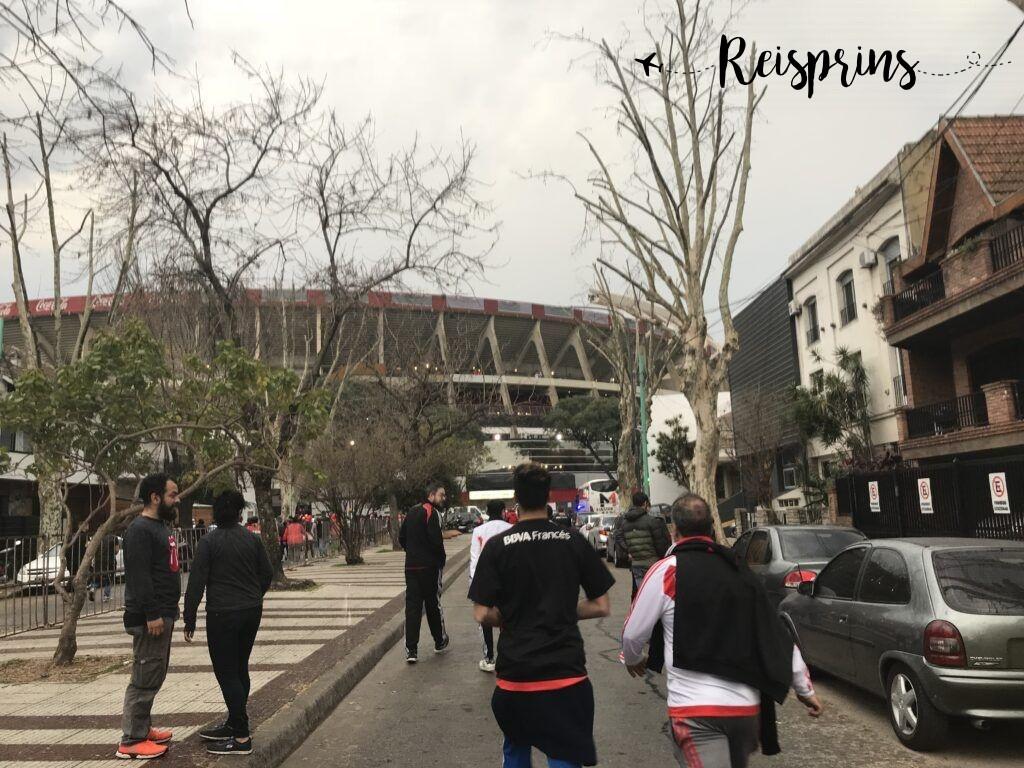 In vakken en groepen werden we naar het stadion begeleid