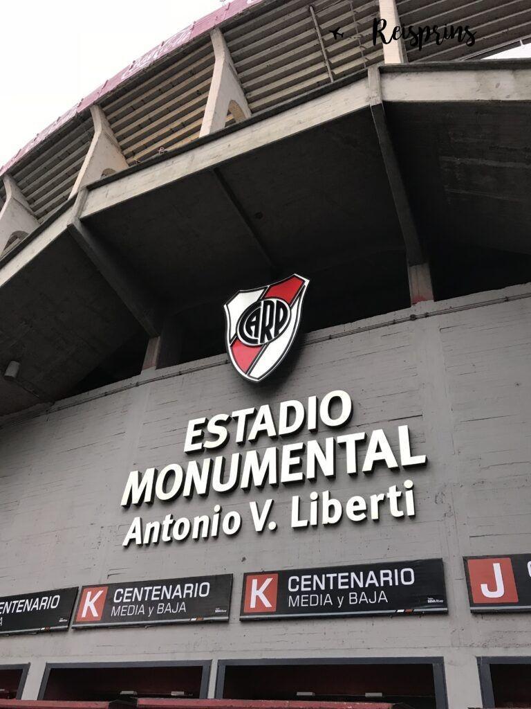 Na verschillende controles kwamen we aan bij het Estadio Monumental
