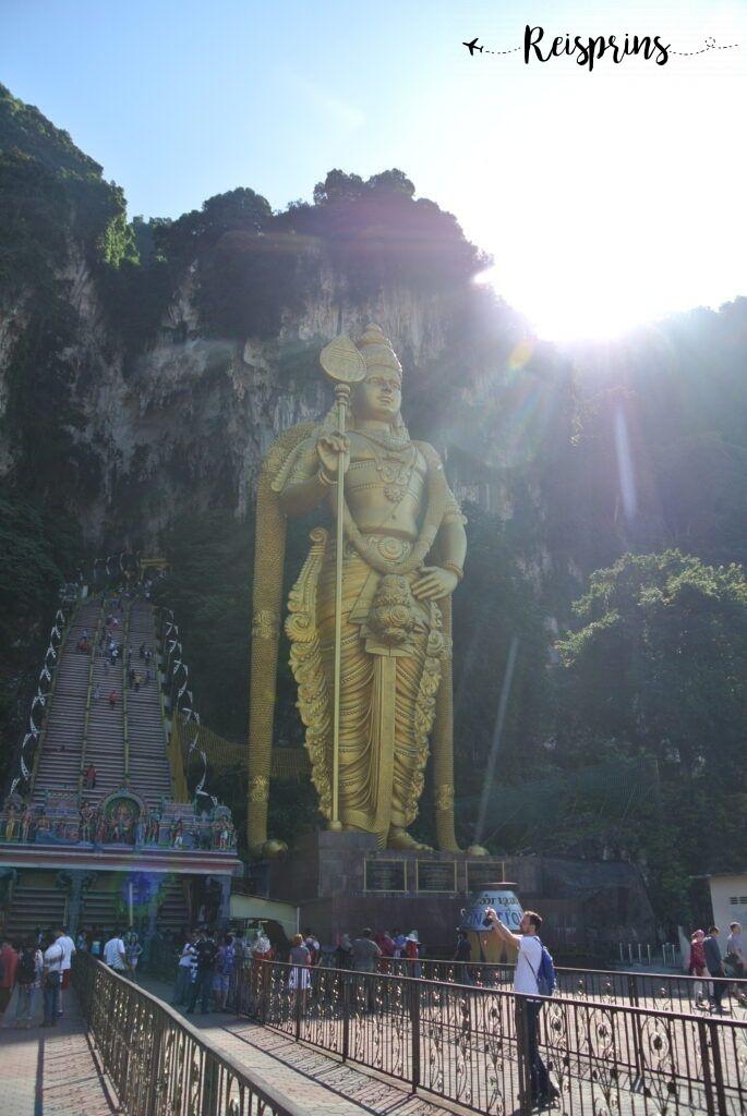 De Batu caves met het indrukwekkend beeld van oorlogsgod Murugan